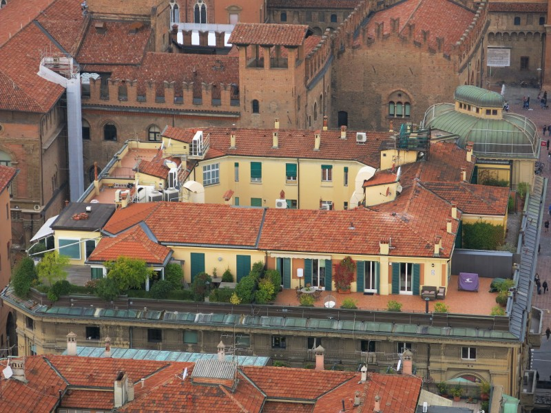 Bologna, acoperisuri, oaze de verdeata